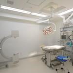 手術室: 手術中は多項目モニター機器に加え、麻酔担当のスタッフが心拍・呼吸等をチェックしています.